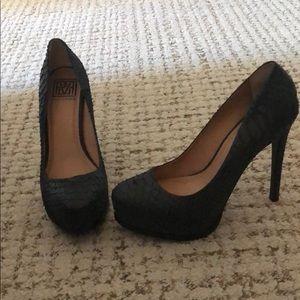 Pour Le victoire black snakeskin platform heels